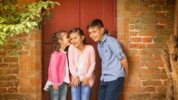Leamington Spa photographer - children by door